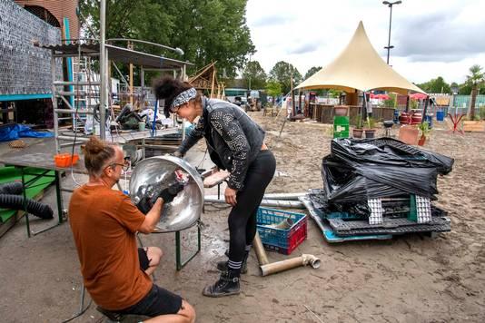 Iets verderop stampen decorbouwers die normaal voor festivals als Solar en Mysteryland werken een bizarre golfbaan uit de grond.