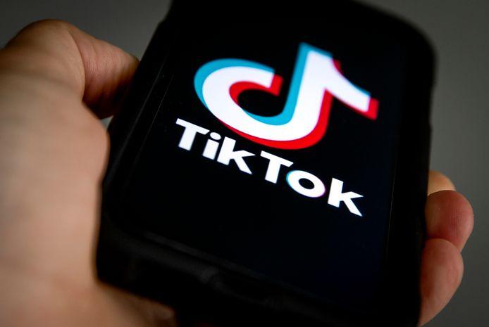 TikTok heeft wereldwijd honderden miljoenen gebruikers. Ze kunnen korte filmpjes van zichzelf maken en die delen met anderen.