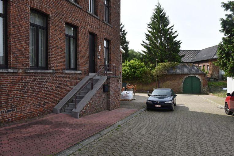 De woning van de pastoor (met trap) moet vergroot worden, zodat de oude pastorie (met groene poort) kan verkocht worden.