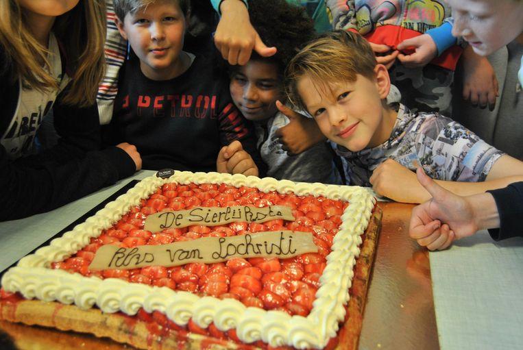 De leerlingen vierden hun overwinning met een stukje taart.