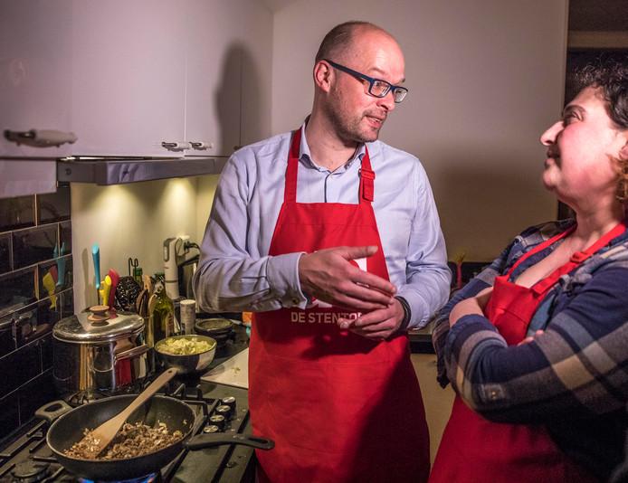 Lijsttrekker Jan Brink van D66 'wint' Kookbeleid met zijn 'rijst met spitskool'.