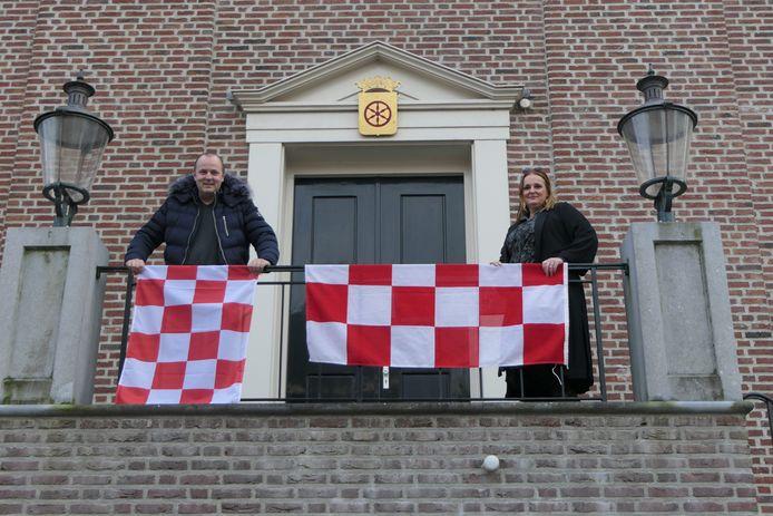 De initiatiefnemers op het bordes van het voormalige stadhuis in de vesting Heusdne.