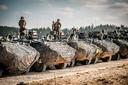 Met pantservoertuigen waar kanonnen op staan, moeten de Belgen een nagebouwd dorp - dat vol vijanden zit - vrijmaken.