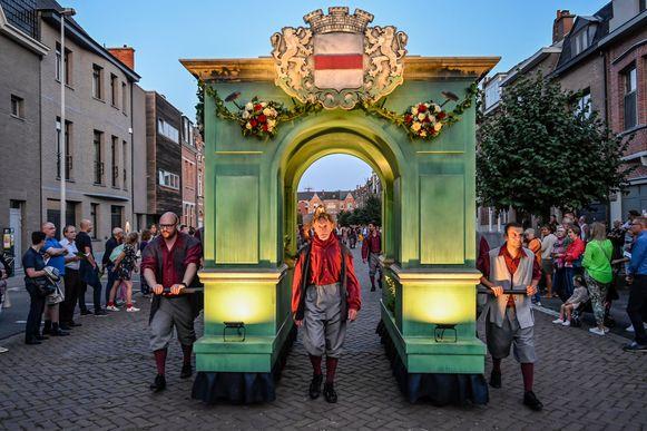 De Pijnders trokken een indrukwekkende triomfboog door de stad.