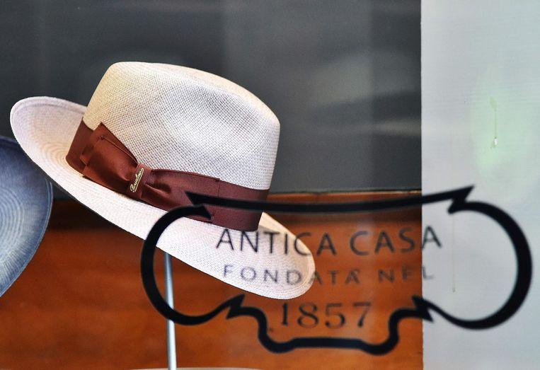 Een Borsalino-hoed in de etalage van een winkel in Florence Beeld afp