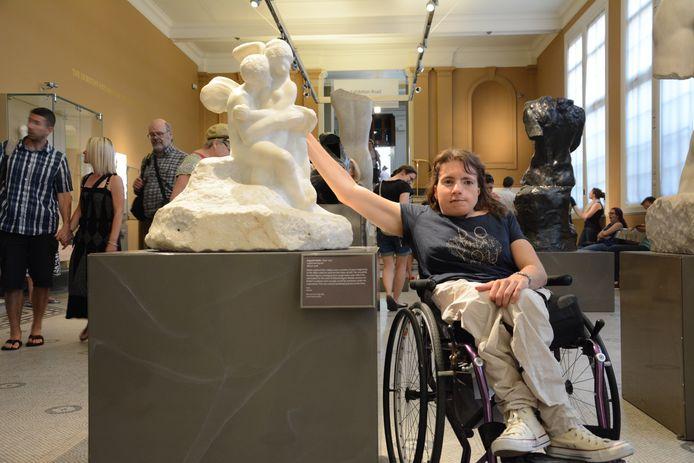Inge Caljouw tijdens een bezoek aan het Victoria and Albert Museum in Londen.