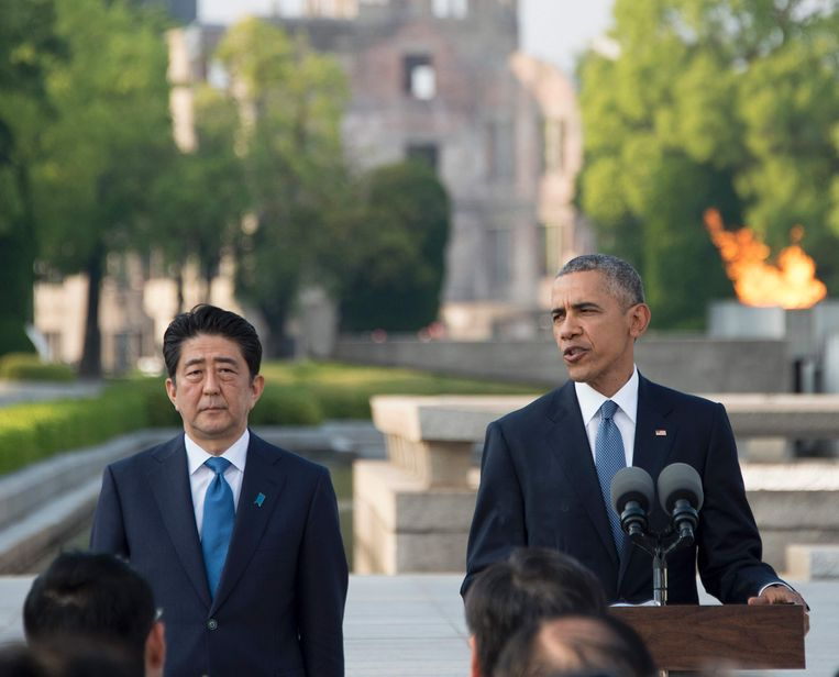 President Obama en Japans premier Shinzo Abe bij het momument in het Vredespark.