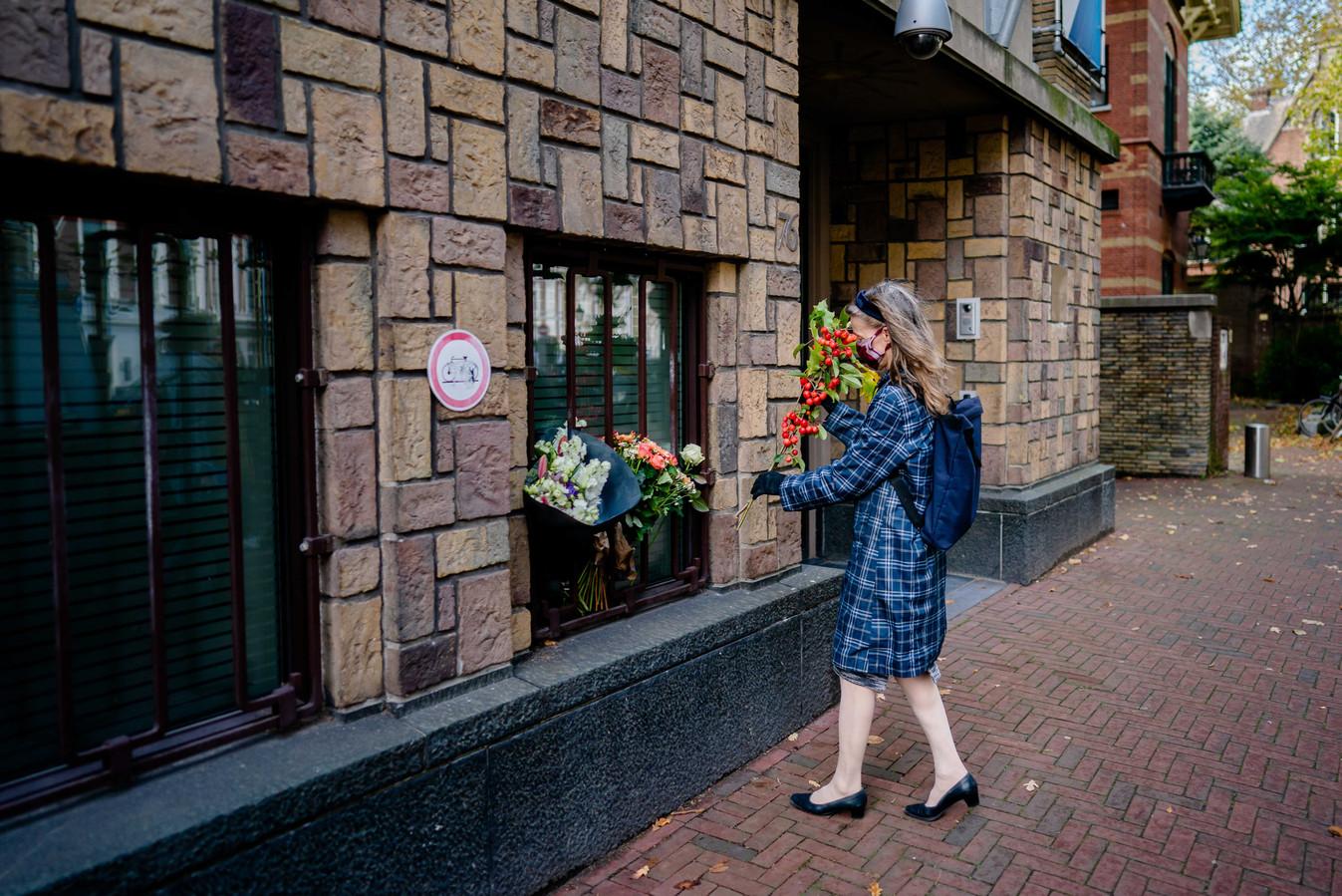 Bloemen voor de Franse Ambassade ter ere van de vermoorde leraar Samuel Paty.