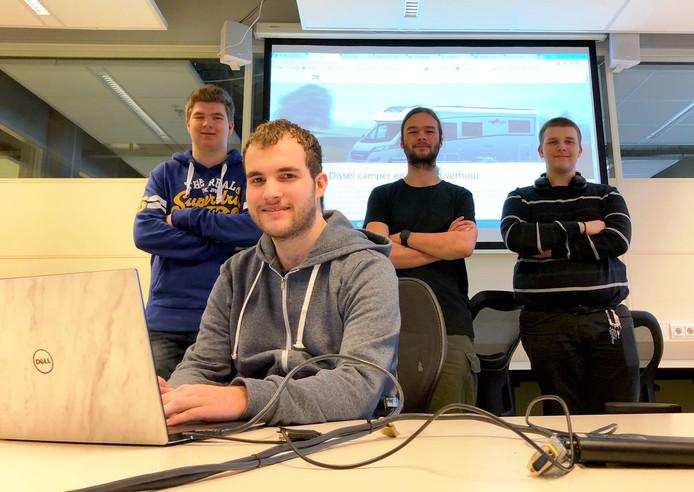 De studenten bij hun presentatie, met vlnr Luuk Wuijster, Gerjan Dijkhuis (achter laptop), Bjorn Mulder en Thomas Mondeel.