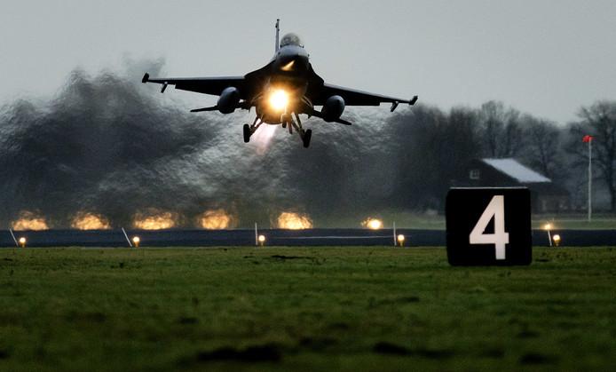Een Nederlandse F-16 vertrekt vanaf vliegbasis Volkel.