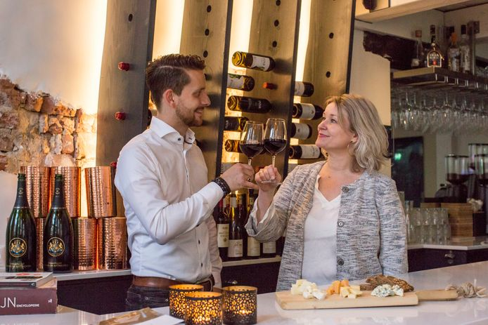 Eigenares Bibi Bodegom en sommelier/bedrijfsleider Ivar Roerdink proosten in wijnbar Nic & Ik alvast op het succes van het nieuwe, driedaagse  festival Taste of Zutphen.