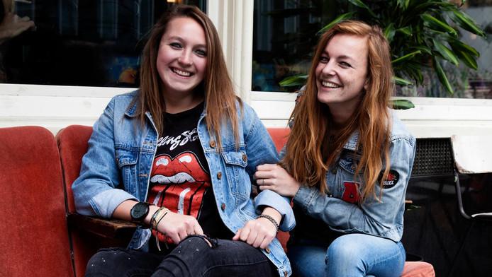 Miloeska Fennema (links) en Lotte Smit willen dat jongeren medezeggenschap krijgen over antipestbeleid op scholen.