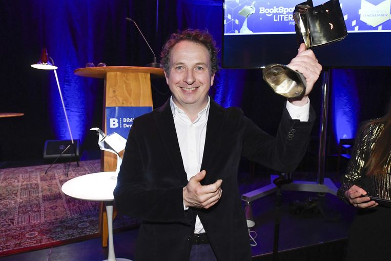Sjeng Scheijen neemt de BookSpot Literatuurprijs 2019 in ontvangst in de categorie non-fictie. Sjeng Scheijen won de prijs voor zijn boek De avant-gardisten.