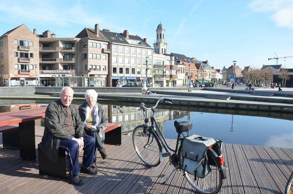 François en Denise onderbreken hun fietstocht om even te verpozen aan het water.