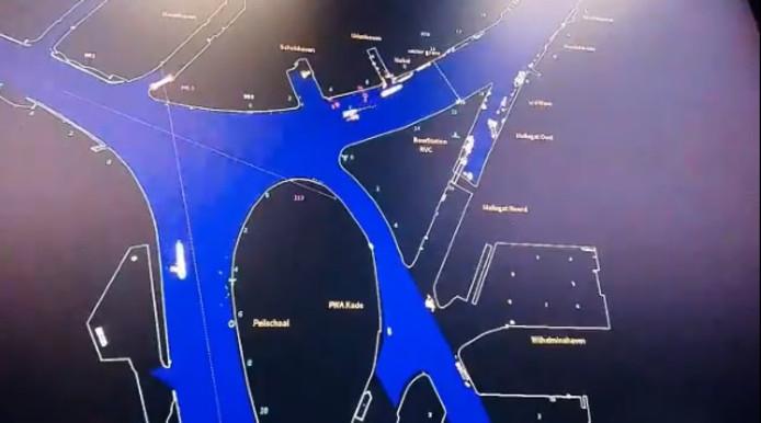 Rechts bovenin is te zien hoe het schip en het bootje elkaar rakelings kruisen.