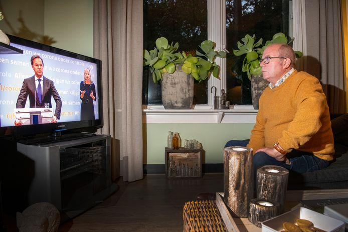 Mag zijn brocantemarkt komend weekeinde doorgaan? Jos van Laar wacht het thuis in spanning af.
