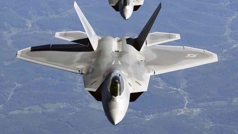 Twee F-22 Raptors maken zich op om in de lucht bijgetankt te worden. Beeld U.S. Air Force/TSgt Ben Bloker