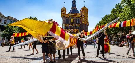 Adelaar en kilometers sjaal kleuren Deventer Brink roodgeel