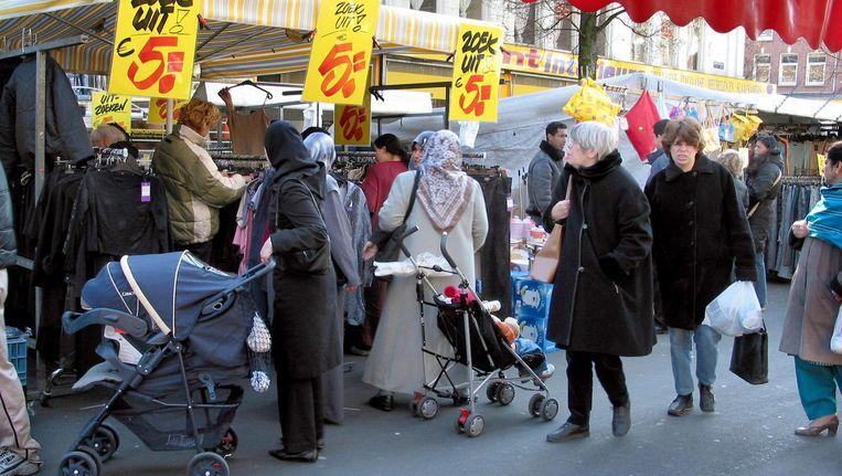 Op de Dappermarkt in Amsterdam lopen alle culturen door elkaar heen. Beeld anp