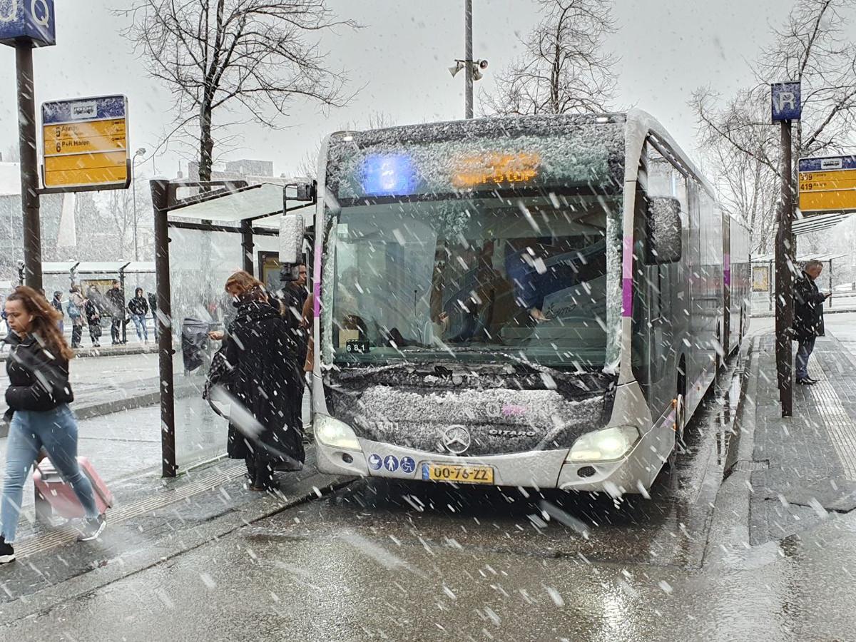 Net na het middaguur viel er flink wat natte sneeuw in Groningen. Dit leverde mooie plaatjes op bij het station in Groningen.
