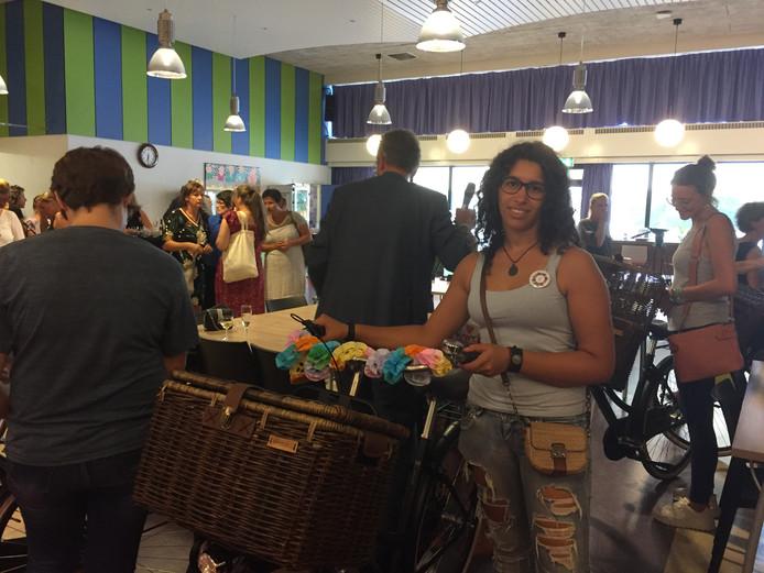 Verwelkoming onlangs van Spaanse werknemers bij zorginstelling Tragel, waar zij een heel Nederlands cadeau kregen, een fiets, op de foto Miriam Grau (25)uit Valencia met haar exemplaar, archieffoto.