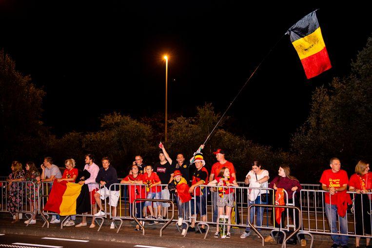 De eerste fans staan al ongeduldig te wachten aan Brussels Airport om 'hun' Duivels te ontvangen.