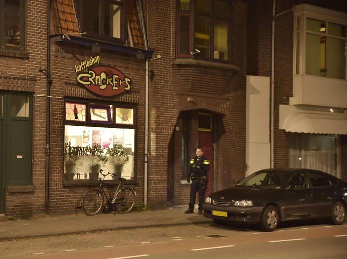 De politie doet onderzoek bij de coffeeshop.