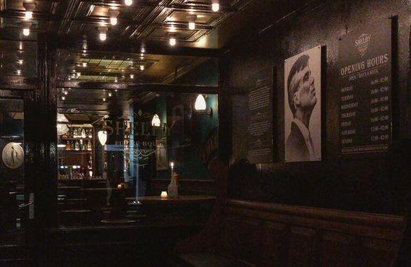 De pub Shelby Public House in de Papestraat