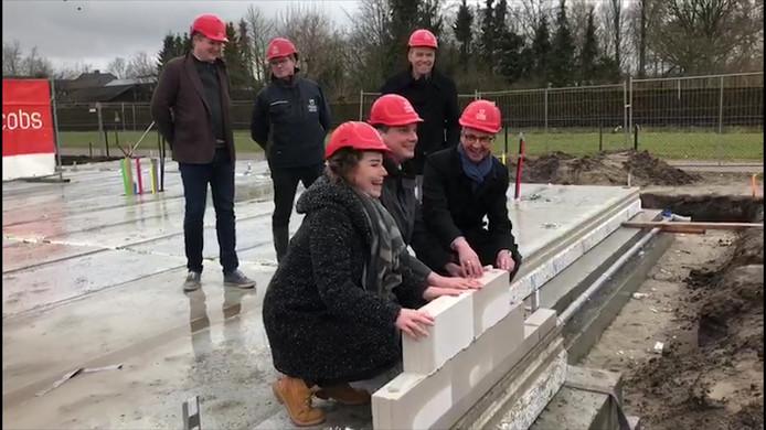 Wethouder de Beer legde samen met twee bewoners de eerste steen voor project Groene Kamers in Rijsbergen.