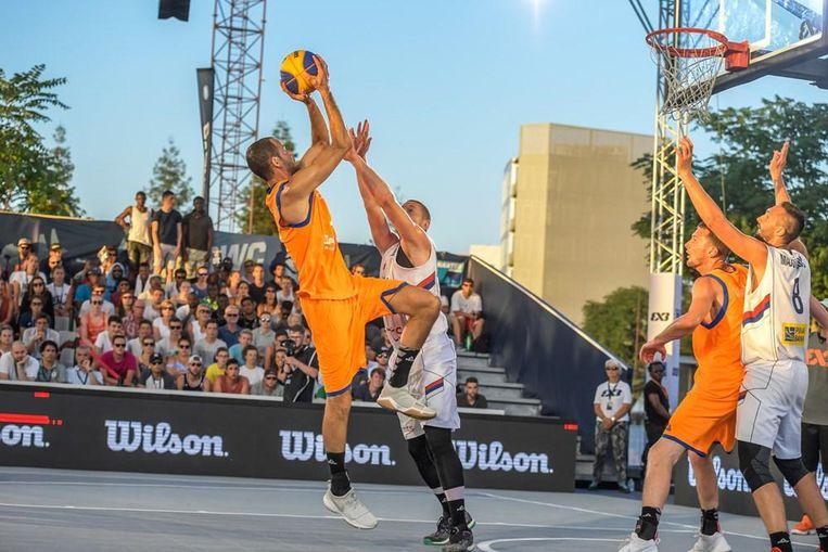Het Nederlandse team probeert te scoren in een 3x3 basketbalwedstrijd Beeld FIBA 3x3