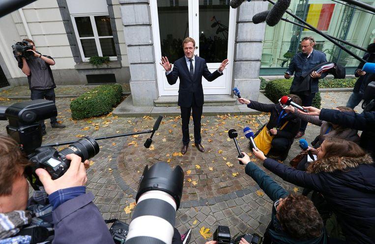 De Waalse premier Paul Magnette staat de pers te woord. Beeld reuters