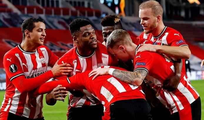Een vreugdevolle omhelzing bij de spelers van PSV na een goal. Ook bij de club uit Eindhoven waart het coronavirus al een tijdje rond.