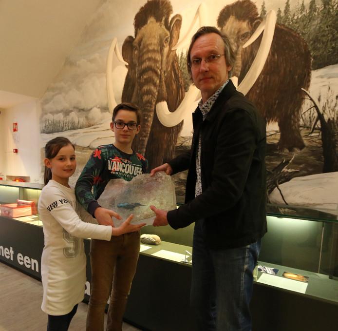 Kees Moeliker van het Natuurhistorisch Museum Rotterdam neemt de ijsvogel in ontvangst.