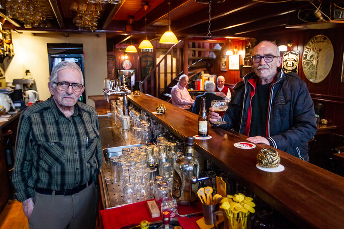 Roken in café De Herberg in Deventer? Uitbater Willem Rodijk (links) kan het niet meer toestaan. De boetes zijn voor hem anders niet meer te betalen.