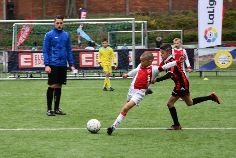 Een jeugdspeler van Ajax haalt uit. De Nederlandse ploeg werd de grote winnaar van het toernooi.