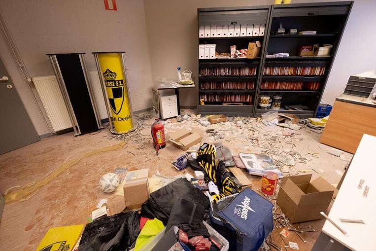 Alsof er een bom is ontploft: zo lieten inbrekers de lokalen van Lierse Kempenzonen achter.