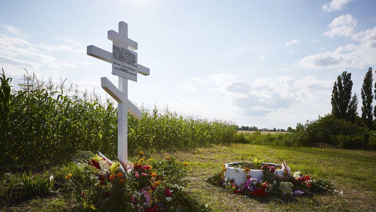 Bloemen bij het herdenkingsmonument voor de slachtoffers van de ramp met vlucht MH17, op de plek waar waar de cockpit is neergestort. Beeld ANP