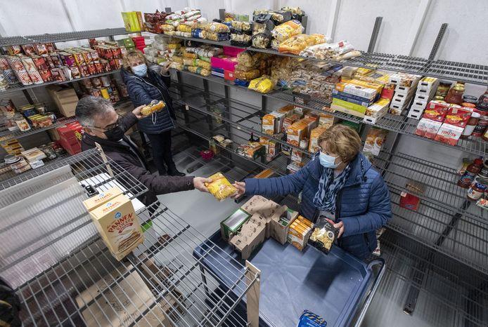 De Pakketcommissie Voedselbank Losser regelt altijd wat er in de voedselpakketten belandt.
