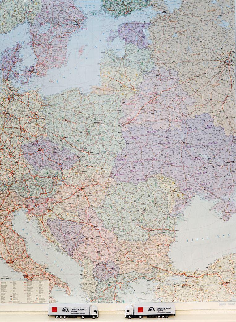 Een kaart met het Russische wegennet bij een Twents transportbedrijf. Beeld anp