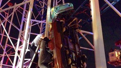 Rollercoaster ontspoort: twee mensen vallen tien meter naar beneden