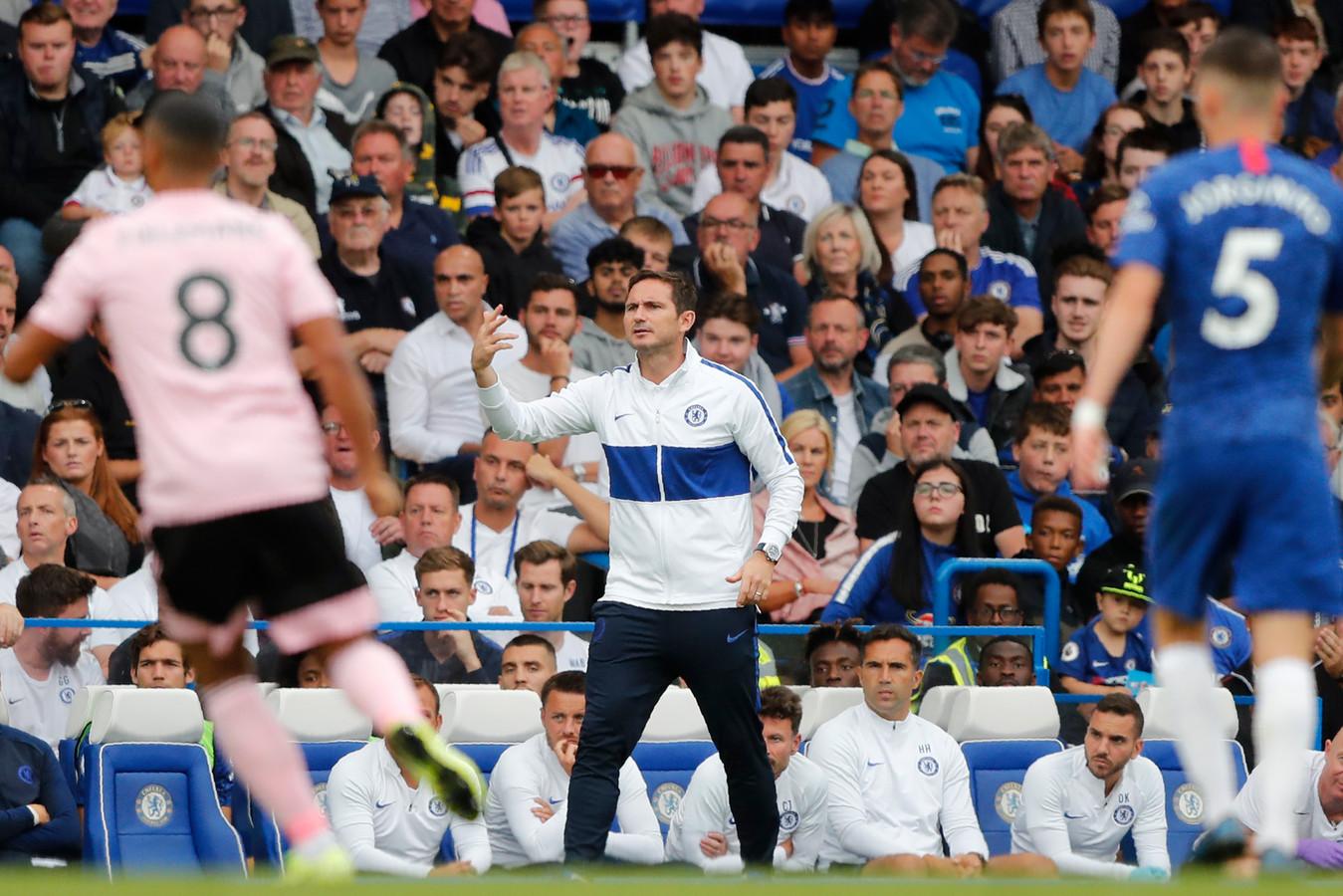 Frank Lampard probeert instructies te geven aan zijn spelers.