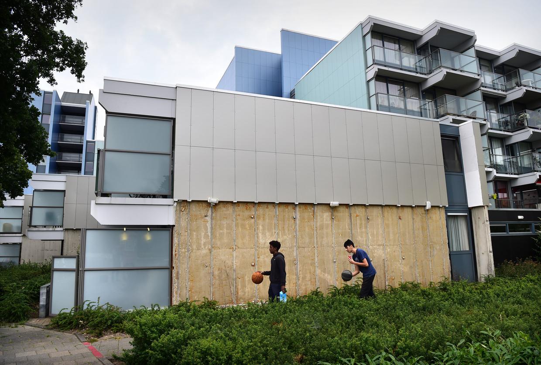 De gestripte gevelbekleding van seniorencomplex de Meiberg in Nijmegen. Beeld Marcel van den Bergh / de Volkskrant