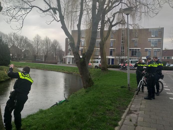 De politie op zoek naar een mogelijke drenkeling, nadat een fiets  in het water is gevonden.