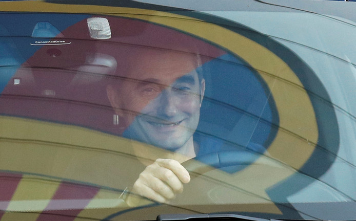 Ernesto Valverde rijdt weg na de training van Barcelona.