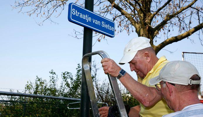 Sietse de Smet onthult zelf zijn straatnaambordje.