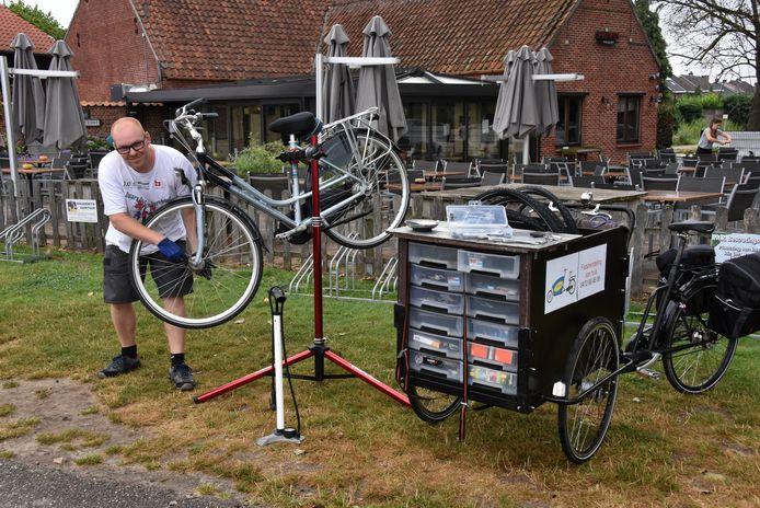 Jochen Van Nuffel komt met zijn bakfiets aan huis voor fietsreparaties.