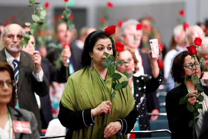 Deelnemers houden rozen vast tijdens een moment van stilte voor de slachtoffers van de vliegtuigcrash van vlucht 752 van Ukraine International Airlines.