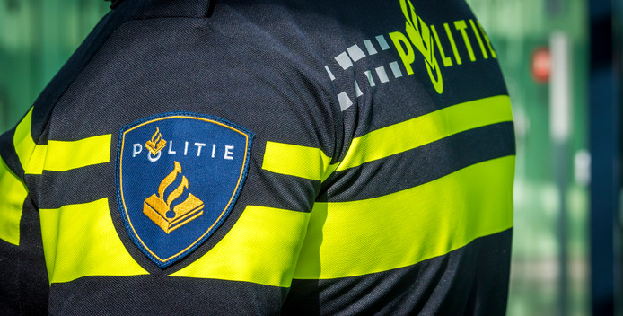 2018-08-17 15:10:54 ROTTERDAM - Een agent in het cellencomplex van een politiebureau. ANP XTRA LEX VAN LIESHOUT