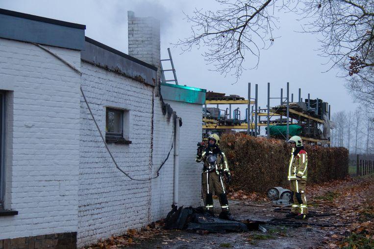 De brandweer controleer of het vuur zich niet uitbreidt naar de aanpalende woning.