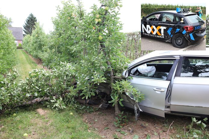 Een lesauto en een zilverkleurige wagen zijn gebotst op de kruising van de Burensedijk en het Noordereind in Zoelen. De zilveren auto kwam in een appelboomgaard tot stilstand.